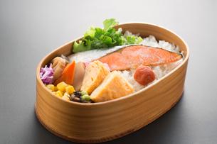 黒バックの鮭弁当の写真素材 [FYI02358884]