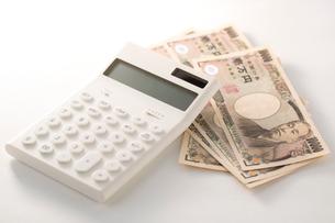 紙幣と電卓、印鑑の写真素材 [FYI02358951]
