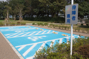 身障者用の駐車場の写真素材 [FYI02358958]