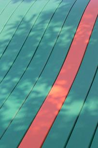 木の陰とすべり台のアップの写真素材 [FYI02358976]