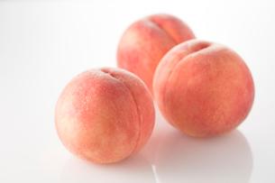 白バッウの3個の桃の写真素材 [FYI02358992]