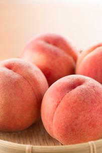籠に入った桃の写真素材 [FYI02358997]