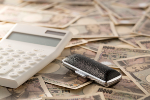 紙幣と電卓、印鑑の写真素材 [FYI02359007]