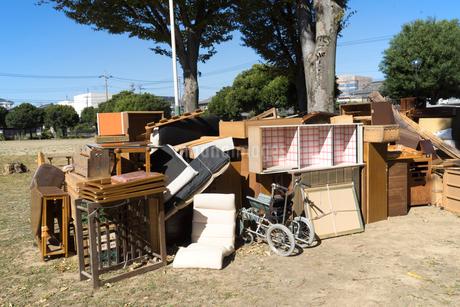 公園に集められた家庭の粗大ごみの写真素材 [FYI02359009]