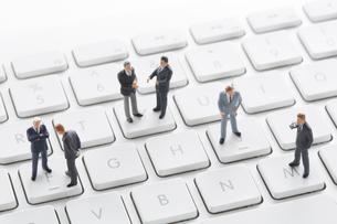 ミニチュアのビジネスマンとキーボードの写真素材 [FYI02359025]