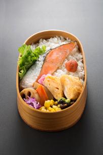 黒バックの鮭弁当の写真素材 [FYI02359061]