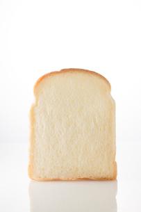 白バックの食パンの写真素材 [FYI02359065]