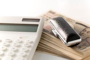 紙幣と電卓、印鑑の写真素材 [FYI02359107]