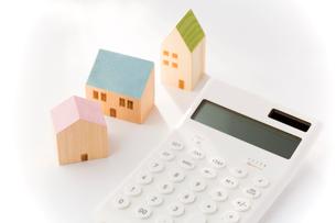 電卓とミニチュアの家の写真素材 [FYI02359141]