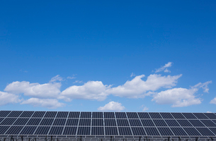 太陽光パネルと青空の写真素材 [FYI02359248]