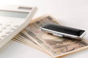 紙幣と印鑑、電卓の写真素材 [FYI02359263]