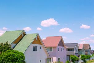住宅街と青空の写真素材 [FYI02359332]