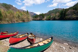 四万湖とカヌーの写真素材 [FYI02359339]