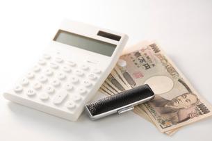 紙幣と印鑑、電卓の写真素材 [FYI02359377]