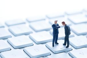 ミニチュアのビジネスマンとキーボードの写真素材 [FYI02359402]