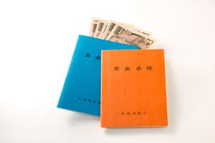 年金手帳と紙幣の写真素材 [FYI02359417]
