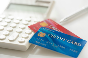 クレジットカードと電卓の写真素材 [FYI02359438]