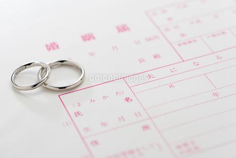 結婚指輪と婚姻届の写真素材 [FYI02359500]