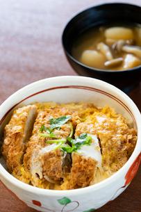 カツ丼とシメジの味噌汁の写真素材 [FYI02359515]