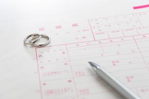 結婚指輪と婚姻届の写真素材 [FYI02359544]