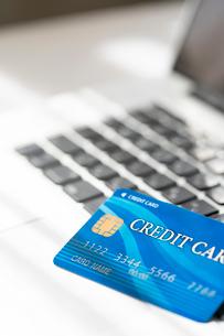 クレジットカードとノートパソコンの写真素材 [FYI02359642]