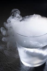 グラスに入ったドライアイスの写真素材 [FYI02359748]