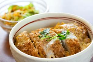 カツ丼と野菜サラダの写真素材 [FYI02359831]