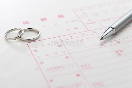 結婚指輪と婚姻届の写真素材 [FYI02359927]