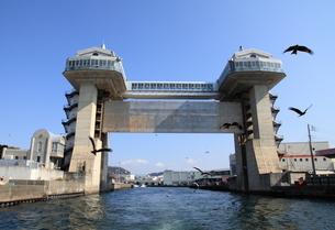 沼津港の水門ゲートの写真素材 [FYI02363355]