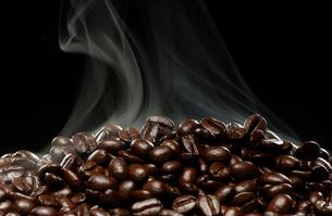 焙煎したコーヒー豆の写真素材 [FYI02363602]