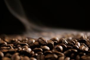 焙煎されたコーヒー豆の写真素材 [FYI02363771]