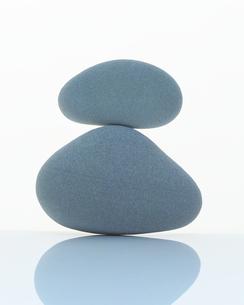 バランスをとって重なる石の写真素材 [FYI02365259]