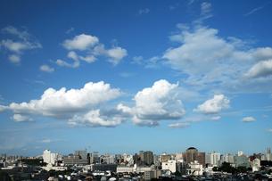 都会の空に浮かぶ雲の写真素材 [FYI02368008]