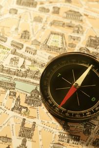 パリ市街地図とコンパスの写真素材 [FYI02369876]
