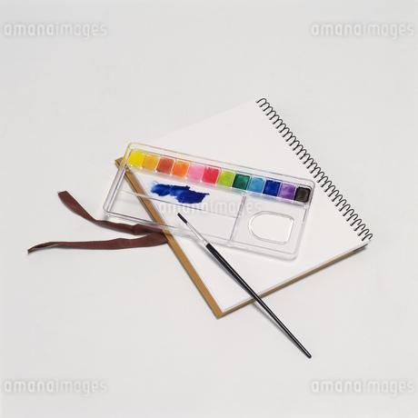 絵の具とスケッチブックの写真素材 [FYI02371392]