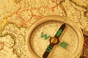 ヨーロッパの地図とコンパスの写真素材 [FYI02372054]