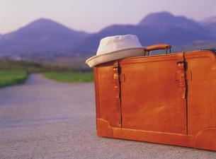 スーツケースと帽子の写真素材 [FYI02372215]