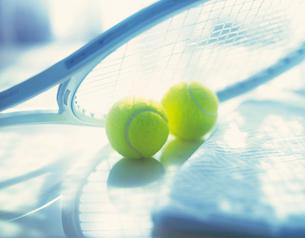 テニスボールとラケットの写真素材 [FYI02373849]