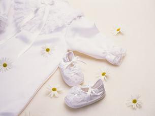 ベビー服と靴の写真素材 [FYI02375069]
