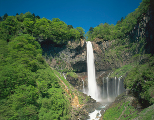 新緑の華厳の滝の写真素材 [FYI02376833]