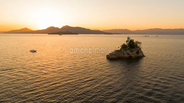 ドローンによる広島湾夕焼けと安渡島灯台の写真素材 [FYI02377513]