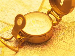 方位磁石と地図の写真素材 [FYI02377889]