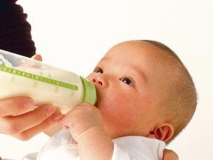 ミルクを飲む赤ちゃんの写真素材 [FYI02383093]