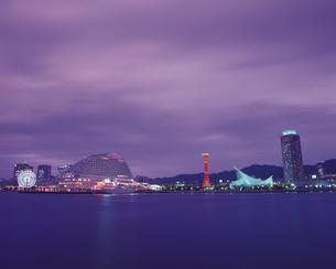 ウォーターフロントの夕景  神戸の写真素材 [FYI02385718]