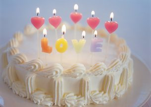 ろうそくが灯ったケーキの写真素材 [FYI02387728]