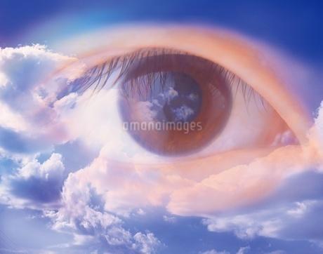 青空と目の写真素材 [FYI02388071]