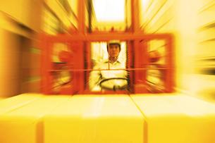 フォークリフトを使う男性の写真素材 [FYI02388076]