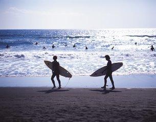 海辺のサーファーの写真素材 [FYI02388182]