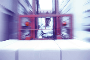 荷物を運搬する男性の写真素材 [FYI02388293]