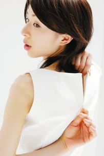 洋服を着る女性の写真素材 [FYI02389216]